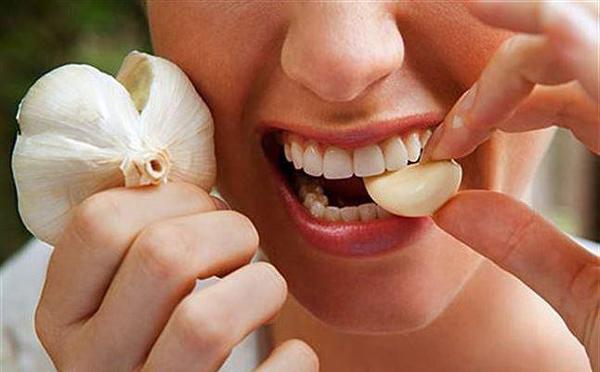 Nhiều người dân tại Trung Quốc tin rằng ăn tỏi sống có thể đẩy lùi virus Corona