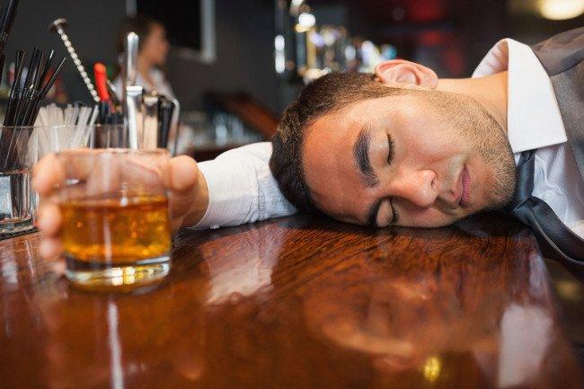 Dấu hiệu nhận biết cơ thể bị ngộ độc do rượu